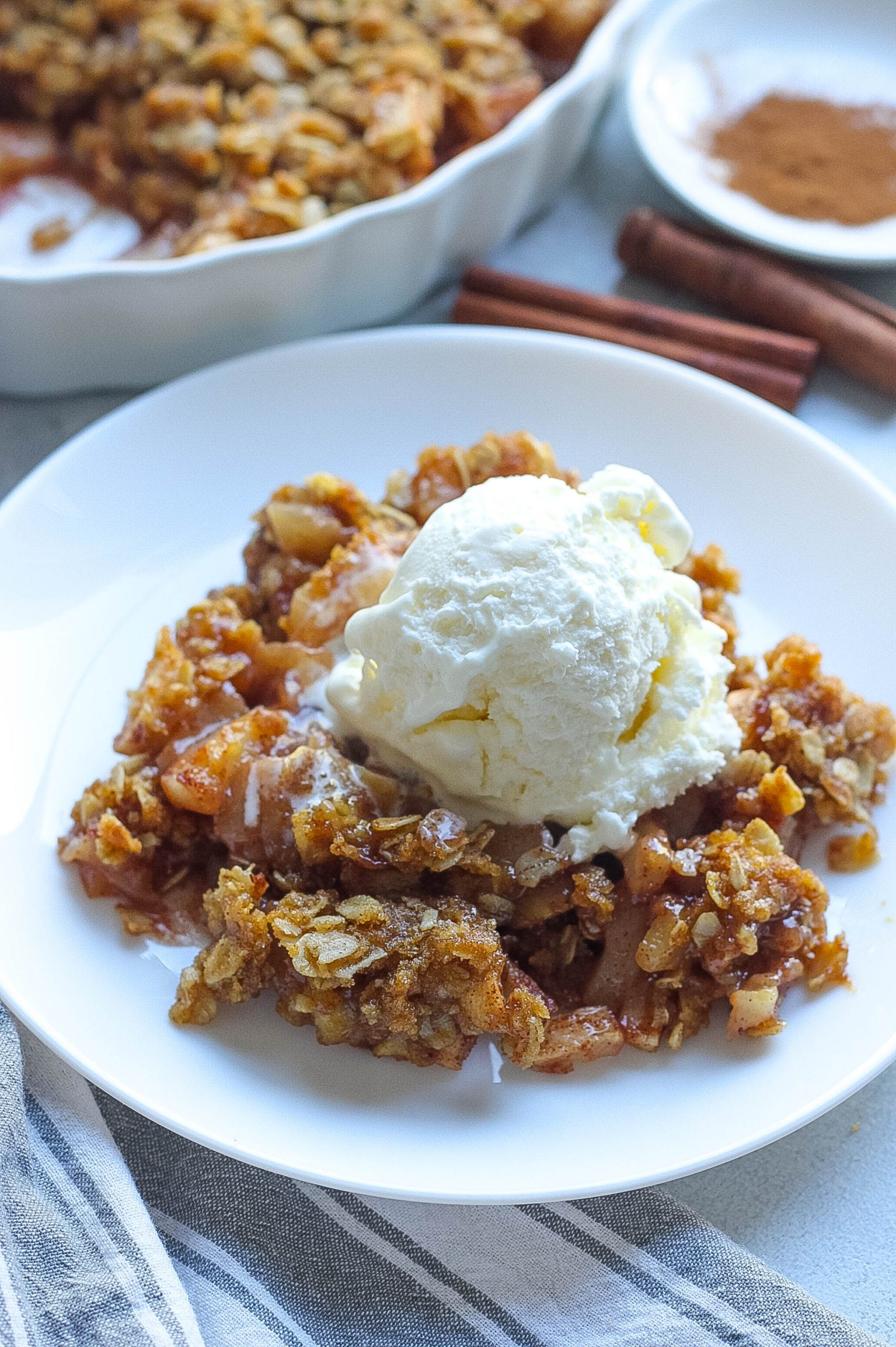 apple crispy with ice cream
